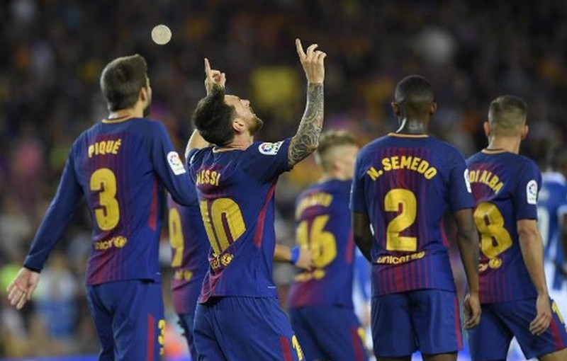 Barcelona's Argentinian forward Lionel Messi (2R) celebrates with teammates after scoring during the Spanish Liga football match Barcelona vs Espanyol at the Camp Nou stadium in Barcelona on September 9, 2017. / AFP PHOTO / LLUIS GENE