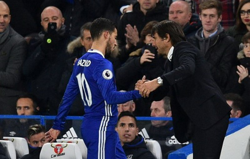 Chelsea's Belgian midfielder Eden Hazard shakes the hand of Chelsea's Italian head coach Antonio Conte (R) after being substituted during the English Premier League football match between Chelsea and Everton at Stamford Bridge in London on November 5, 2016. Chelsea won the game 5-0. / AFP PHOTO / Glyn KIRK / RESTRICTED TO EDITORIAL USE. No use with unauthorized audio, video, data, fixture lists, club/league logos or 'live' services. Online in-match use limited to 75 images, no video emulation. No use in betting, games or single club/league/player publications.  /