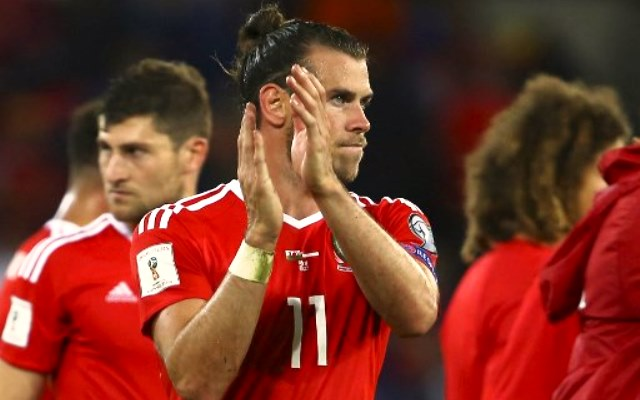 Wales' striker Gareth Bale applauds the fans at the final whistle of the FIFA World Cup 2018 qualification international football match between Wales and Austria in Cardiff, south Wales, on September 2, 2017. / AFP PHOTO / Geoff CADDICK
