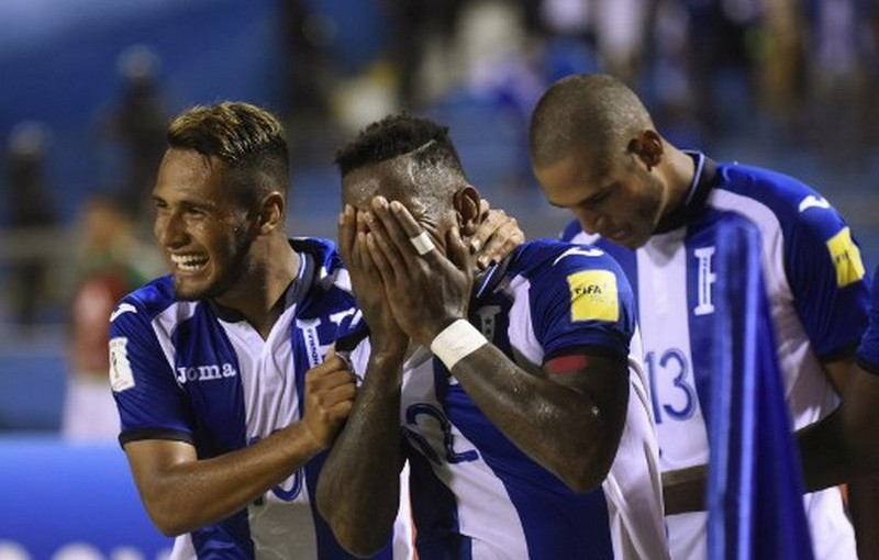Honduras' Romell Quioto (C) celebrates with teammates after scoring against Mexico during their 2018 World Cup qualifier football match, which Honduras won, in San Pedro Sula, Honduras, on October 10, 2017. / AFP PHOTO / JOHAN ORDONEZ